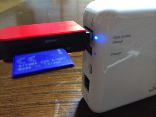 モバイル無線LANルーターとメモリーカードリーダー