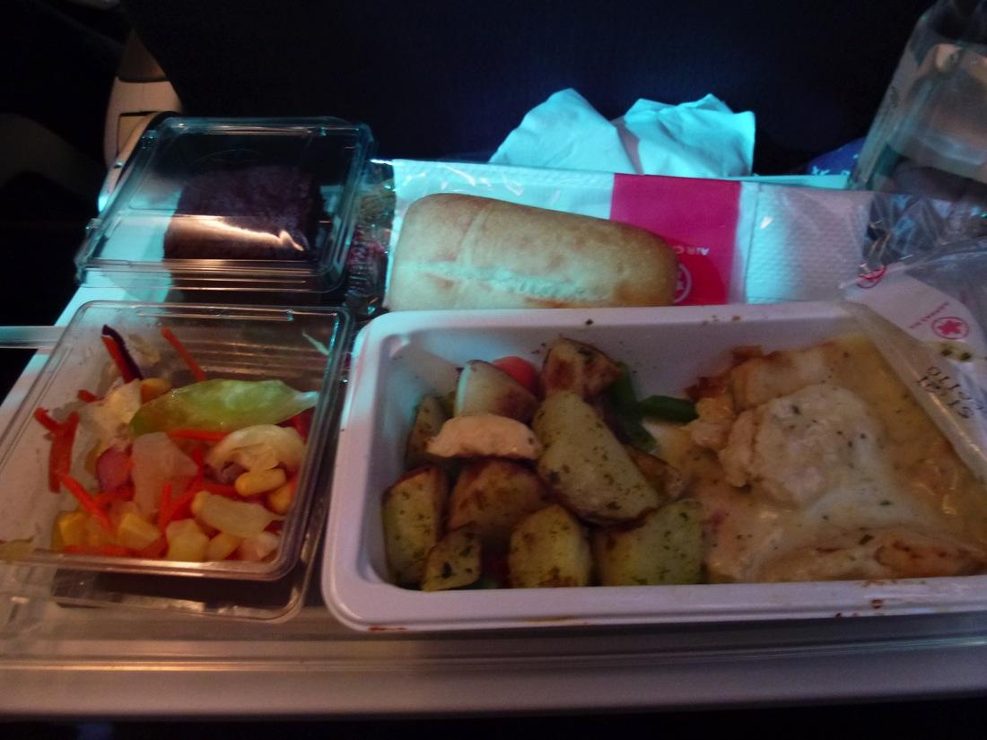 チキンホワイトソース、サラダ、ブラウニー。