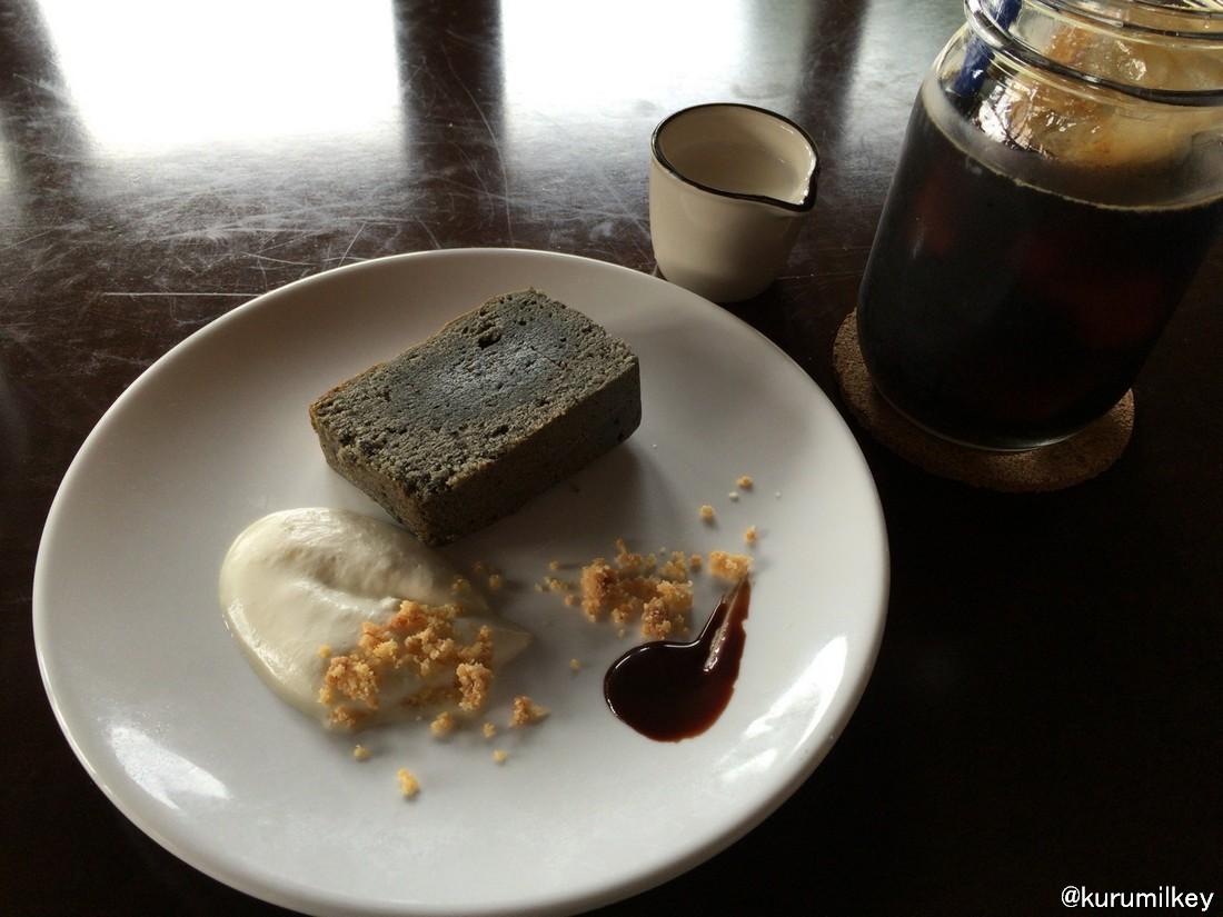 黒ごまパウンドケーキとコーヒー